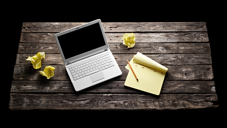 laptop-with-blank-notepad